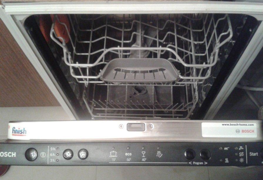 Вид посудомоечной машины Бош SPV40E30RU при открытии