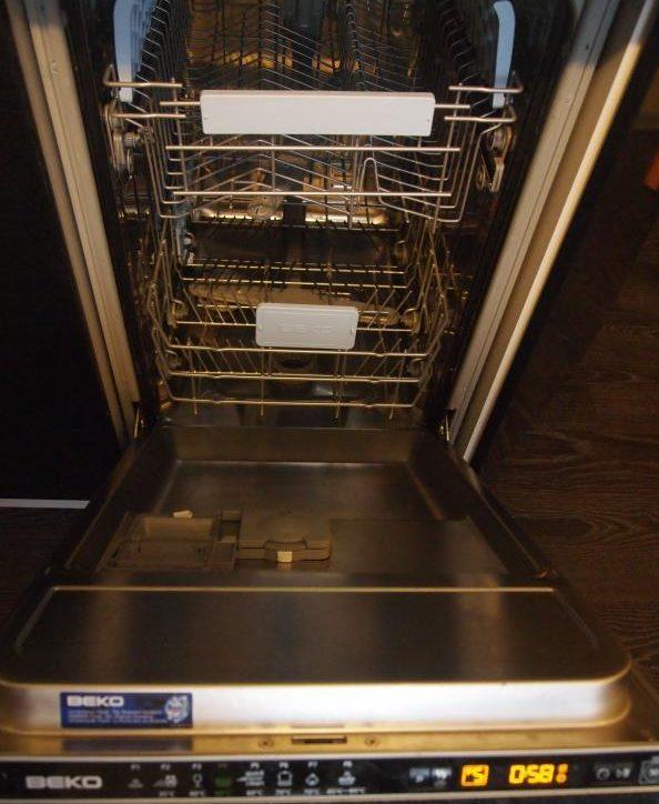 Посудомоечная машина Беко DIS 5831 изнутри