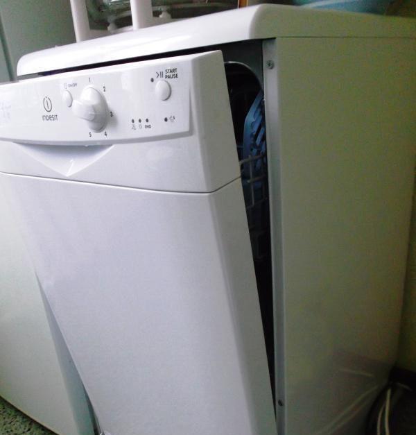 Внешний вид Посудомойки Индезит DSG 0517