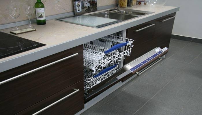 Фото встроенной посудомоечной машины под раковиной